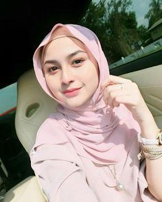 Pin Image by Sejuta Hijaber Casual Hijab Outfit, Hijab Chic, Hijab Dress, Hijabi Girl, Girl Hijab, Beautiful Muslim Women, Beautiful Hijab, Muslim Fashion, Hijab Fashion