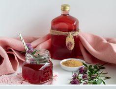 Rotklee Sirup ohne Zucker | Wildkraut gegen Frauenleiden | Koch mit Herz Stevia, Kraut, Food Styling, Food Photography, Bottle, Glutenfree, Healthy Cocktails, Iced Tea Recipes, Flask