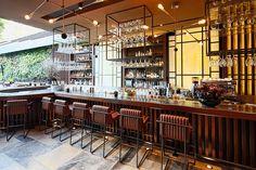 MEMO Restaurante/Bar em Istambul com lindas prateleiras suspensas com suporte para as taças.