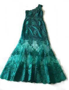 """👗Vestido """"Deuso"""" em Renda Soutache com aplicações de cristais esmeraldas para dar mais brilho ainda a esta jóia feita sob medida pelo #AtelierLucasRizatti ✨ #lucasrizattiatelier #lucasrizattimoda #sobmedida #modafesta #atelier #renda #soutache #rendasoutache #cristais #esmeralda #fashion #love #party #dress #madrinha #linhafesta #luxo #glamour #joia #vestido"""