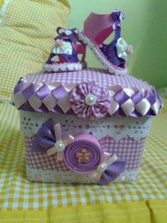 Pote de sorvete decorado com tecido e EVA. Serve para colocar remédios, chupetas, meias .....