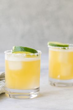 Youll never want a regular margarita again after tasting this skinny margarita! Made with fresh ingredients this cocktail is low calorie and sugar but still tastes amazing! Perfect for sipping on a hot day! Vodka Drinks, Refreshing Cocktails, Classic Cocktails, Summer Cocktails, Cocktail Tequila, Fancy Drinks, Alcoholic Drinks, Margarita Recipes, Cocktail Recipes