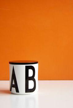 Die stilvolle Multi Jar Vorratsdose von dem renommierten, dänischen Hersteller Design Letters ist die große Schwester der Mini Multi Jar Vorratsdose. Kaffee, Tee, Zucker, Bonbons oder ähnliches lassen sich in ihr geschmackvoll verstauen.