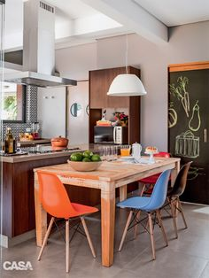 Harmonia nos acabamentos e boa iluminação são os destaques nesta cozinha.