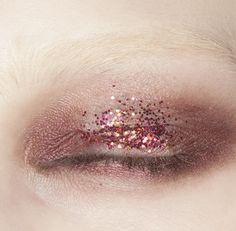 Altazurra showed subtle glittered lids for day. Simple, subtle and modern. Just don't forget your glitter glue. { glitter eyelids }