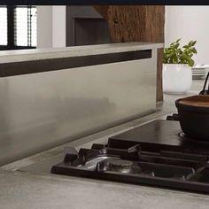 Bent u geen fan van de afzuigkap? Dan kunnen we die netjes wegwerken. In een kookeiland kunnen we deze in een verlaagd plafond plaatsen. Bij een fornuis tegen een wand, kunnen we de afzuigkap wegwerken in een keukenkastje. Of het wordt juist een bijzondere eyecatcher!