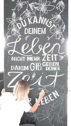 Die Schweizer DIY Bloggerin Miri Weber inspiriert mit einem Chalk Lettering auf der Kreidetafel - mehr dazu gibt es auf dem Blog - KLICKE AUF DEN LINK   Handlettering, Leben, Zitat, Frühling, Sommer, Herbst, Winter, miriweber Chalk Art Quotes, Blackboard Art, Scripture Chalkboard Art, Chalkboard Art Kitchen, Herbalife Shake Recipes, Chalk Wall, Teacher Signs, Sidewalk Chalk Art, Chalk Lettering