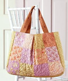 Free Bag Patterns 2019 Purses totes gift bags and shoulder bagswe have all the free bag patterns you need for an everyday tote or a stylish accessory! The post Free Bag Patterns 2019 appeared first on Bag Diy. Quilted Tote Bags, Patchwork Bags, Reusable Tote Bags, Bag Sewing, Sewing Diy, Sewing Ideas, Market Bag, Free Market, Simple Bags