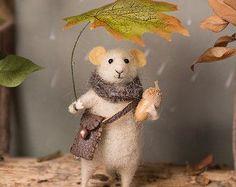 Diese kleine Maus wurde handgefertigt von Wolle mit der Nadel gefilzt Techniken. Es stehen allein hält nur noch den Fuß und Heck anpassen. Die Hände und die Beine können verschoben werden in verschiedenen Positionen, auch der Kopf in beide Richtungen gedreht werden kann. Es kommt mit einem rosa Mantel, grauen Rock, rosa Schal und Weihnachten Zweig in der Hand. Kleines Geschenk für Sie oder einer ihrer Freunde, schöne Sammlerstücke aus Wolle Tier. Tolles Geschenk für alle, die handgemachte…