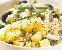 Cómo hacer Ensalada de patatas. Lavamos las patatas y las ponemos a hervir en una olla con agua, una cucharadita de sal fina y destapadas. Las dejamos entre 25