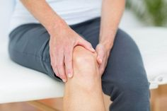 Knee pain is a very common complaint. Generally speaking, there are two types of knee pain: traumatic and non-traumatic. The cause of the pain is an important factor that determines its management. Here are ten remedies for knee pain. Knee Replacement Recovery, Knee Replacement Surgery, Joint Replacement, Vicks Vaporub, Tendinitis, Double Menton, Knee Osteoarthritis, Knee Pain Relief, Knee Exercises