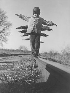 Children Balance on Rail in South Dakota. Photo from Black Star, I just love this image. Black White Photos, Black And White Photography, Photo Black, Old Pictures, Old Photos, Street Photography, Art Photography, Lewis Hine, Photo Vintage