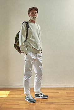 뉴발란스 2017 가을, 겨울 클래식 어센틱 라인 new-balance-classic-authentic Standing Poses, Fashion Poses, Mature Men, New Balance, What To Wear, Personal Style, Normcore, Menswear, My Style
