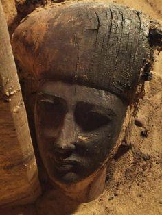 Asuán. Egiptólogos españoles hallan veinte momias y un sarcófago en la necrópolis de Qubbet el-Hawa