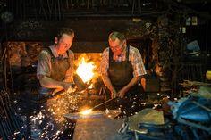 Wenn die Sterne sprühen, dann ist das Eisen heiß genug, umdamit arbeitenzu können. Das Feuer schüren und das Eisen bearbeiten, das machen Karl Harter Senior und sein Sohn jeden Tag. Die Harter