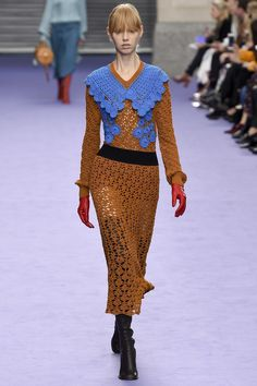 The complete Mulberry Fall 2017 Ready-to-Wear fashion show now on Vogue Runway. London Fashion Weeks, Fashion Week Paris, Couture Mode, Couture Fashion, Runway Fashion, Fashion 2020, Winter Mode, Winter 2017, Autumn 2017