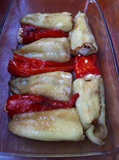 A legegyszerűbb variáció, ha a saláta helyett valami mást ennél. Elképesztően finom lett, ha szereted a paprikát, biztosan elnyeri a tetszésed. Hozzávalók paprika (igénytől függően megfelelő mennyiségű) fetasajt. Elkészítés A nyers paprikákba beletömködtem a fetát, tepsibe raktam őket, pici olívaolajjal meglocsoltam és így megsütöttem. Amikor kihűlt, lehúztam a paprikák héját. Laura Gömöri receptje! Népszerűsíteni akarom … Okra, Camembert Cheese, Paleo, Food And Drink, Meat, Chicken, Recipes, Diets, Gumbo