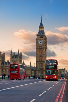 The Big Ben and the typical red buses in London Big Ben London, Lauren London, City Aesthetic, Travel Aesthetic, Aesthetic Vintage, London Photography, City Photography, Places To Travel, Places To Visit
