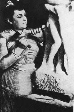 """Camille Claudel sculptant dans le marbre """"Vertumne et Pomone"""""""