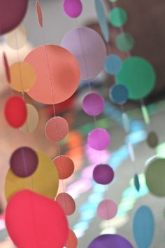 Guirnalda o adorno colgante DIY de círculos troquelados de colores y otros diy con círculos