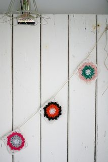 what a lovely garland. woodwoolstool