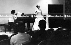 Aída Navarro durante su concierto en el Centro Venezolano Americano. La acompaña al piano la señora Nina de Iwanek. Foto: Archivo Fotográfico/Cadena Capriles