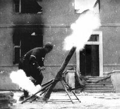 Варшавский повстанец Ежи Шустер ведет огонь по немецким войскам из самодельного миномета