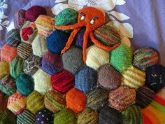 Tutorial: Octopus Hexipuff | fibrously This octopus would look great on a sea themed quilt! (blue and green Hexipuffs with a couple of fishies here and there!)