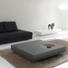 Le design épuré de la table de salon Plat est très fonctionnel : grand tiroir de rangement & roulettes rendent cette table basse pratique, pour un salon zen !