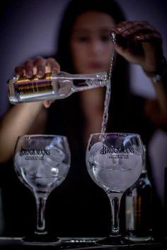 Finas y elegantes burbujas de Fever Tree para un perfect serve like no other #room #mate #likenoother #night #corto #shortfilm #Brockmans #party #fiesta #clandestina #pomelo #perfectserve