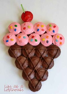 Ridiculously Creative Ways To Decorate Cupcakes Or arrange a bunch of cupcakes into a giant ice cream cone.Or arrange a bunch of cupcakes into a giant ice cream cone. Cônes Cupcake, Pull Apart Cupcake Cake, Pull Apart Cake, Cupcake Cones, Cupcake Birthday Cakes, Girl Birthday Cakes Easy, Birthday Ideas, Cupcake Cake Designs, 2 Year Old Birthday Party Girl