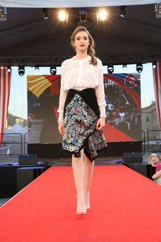 Rumunská móda pod Urpínom - Izabela Mandoiu in Slovakia Ramones, Fashion Dresses, Formal Dresses, Fashion Show Dresses, Dresses For Formal, Trendy Dresses, Formal Gowns, Stylish Dresses, Formal Dress