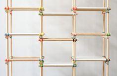 Estante montada com, algo parecido, cabos de vassoura e elásticos coloridos??