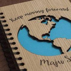 Encuentra #elmejorregalo para un amigo o familiar. Cómo vas a personalizar el tuyo?  #felizjueves #viaje #maderitos #libreta
