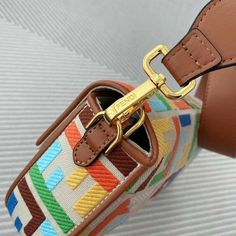 Fashion Bags, Fashion Accessories, Leather Bag, Brown Leather, Student Fashion, Fendi Bags, Baguette, Purses And Bags, Beige