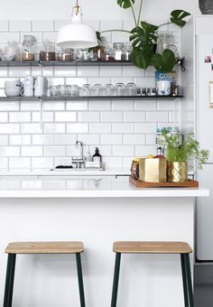 Bright and modern kitchen with open shelves, green plants and subway tiles on the wall. Nordic Kitchen, New Kitchen, Kitchen Dining, Kitchen Decor, Interior Design Kitchen, Room Interior, Best Kitchen Lighting, Cocinas Kitchen, Transitional Decor
