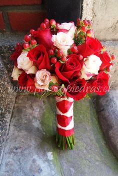 Ramo de rosas blancas y rojas con hypericum Diseño Flores y Piedras www.floresypiedras.cl