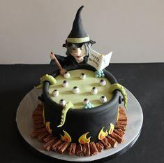 halloween party cake- with Cadbury Flake logs underneath! Halloween Desserts, Gateau Theme Halloween, Table Halloween, Bolo Halloween, Fete Halloween, Halloween Food For Party, Halloween Cakes, Witch Party, Happy Halloween
