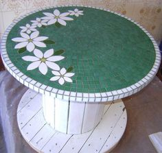 Mosaic Tile Art, Mosaic Diy, Mosaic Crafts, Mosaic Projects, Mosaic Glass, Mosaics, Mosaic Rocks, Diy Cable Spool Table, Wooden Spool Tables