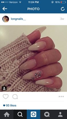 Super cute almond nails that have a natural look and some crystal rhinestones for a little something to spice it up. Acrylic nails and ombre. Hot Nails, Nude Nails, Hair And Nails, Coffin Shape Nails, Fabulous Nails, Gorgeous Nails, Pretty Nails, Nagel Hacks, Manicure E Pedicure