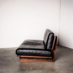 モアレス ソファ [ レザー ] MORELESS SOFA (1469) - マスターウォールのソファ | おしゃれな家具通販・インテリアショップ リグナ Diy Outdoor Furniture, Country Furniture, Sofa Furniture, Sofa Chair, Sofa Design, Interior Design, Home Goods Decor, Home Decor, Diy Couch