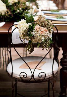 Algumas cadeiras de ferro podem ganhar arranjos de flores | Wedding party | Casamento