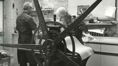 Генри Мур известен прежде всего как выдающийся скульптор, во многом определивший классический канон современной скульптуры. Его монументальные работы установлены во многих музеях, садах и парках по всему миру, графика является более камерной, но столь же важной составляющей его творчества.  Мур всю жизнь занимался рисованием: рисунок лежал в основе его работы. Графическая студия художника находилась рядом с домом, и Мур ходил туда почти ежедневно, чтобы работать над эскизами или гравюрами…