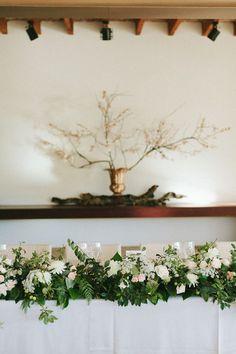 Mesas largas con guirnalda de flores . Boda elegante organizada por Detallerie. Setting with long tables and flower garlands. Elegant wedding by Detallerie wedding planners.