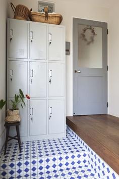 タイル×ロッカーで、こだわりの玄関を。 Entrance in a Japanese home.