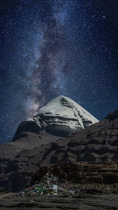 Milkyway over the sky of Tibet, Mount Kailash.// Tibet + Milky Way = Bucket List Beautiful World, Beautiful Places, Beautiful Pictures, Cosmos, Monte Everest, To Infinity And Beyond, Milky Way, Amazing Nature, Tibet