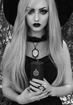 Top Gothic Fashion Tips To Keep You In Style. As trends change, and you age, be willing to alter your style so that you can always look your best. Consistently using good gothic fashion sense can help Victorian Goth, Gothic Steampunk, Gothic Rock, Dark Gothic, Goth Beauty, Dark Beauty, Gothic Hairstyles, Cool Hairstyles, Dark Fashion