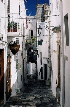 Ostuni sidestreet, Puglia | Italy (by Photos ludiques)