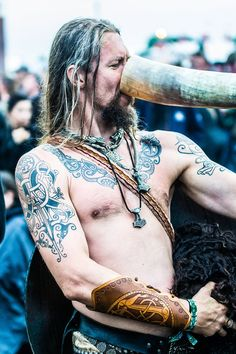 Viking drinking mead - WOW that ink work is AMAZING.