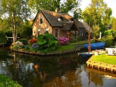 ~Canal Cottage, The Netherlands.......love this!!! Bebe'!!!